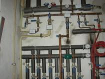 hier ist eine Heizung und Wasserinstallation zu sehen